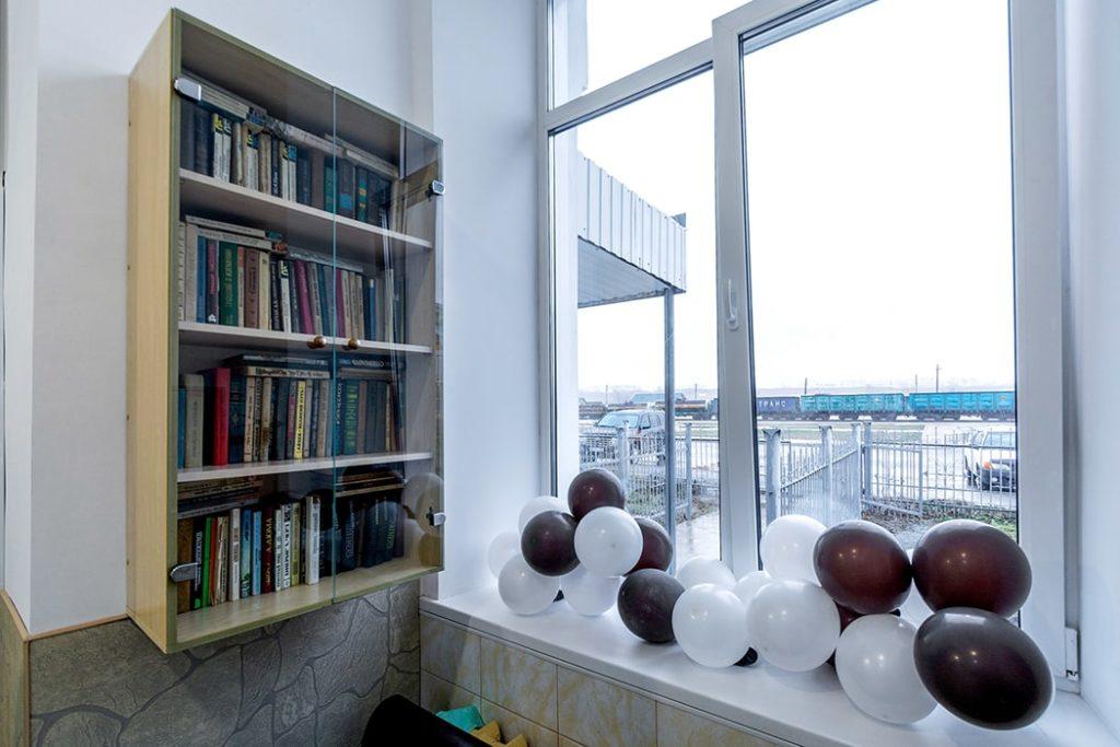 """Библиотека гостевого двора """"Паровоз"""" - в первом хостеле в Бийске"""