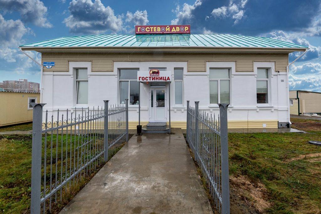 """Центральный вход гостевого двора """"Паровоз"""" - в первом хостеле в Бийске"""